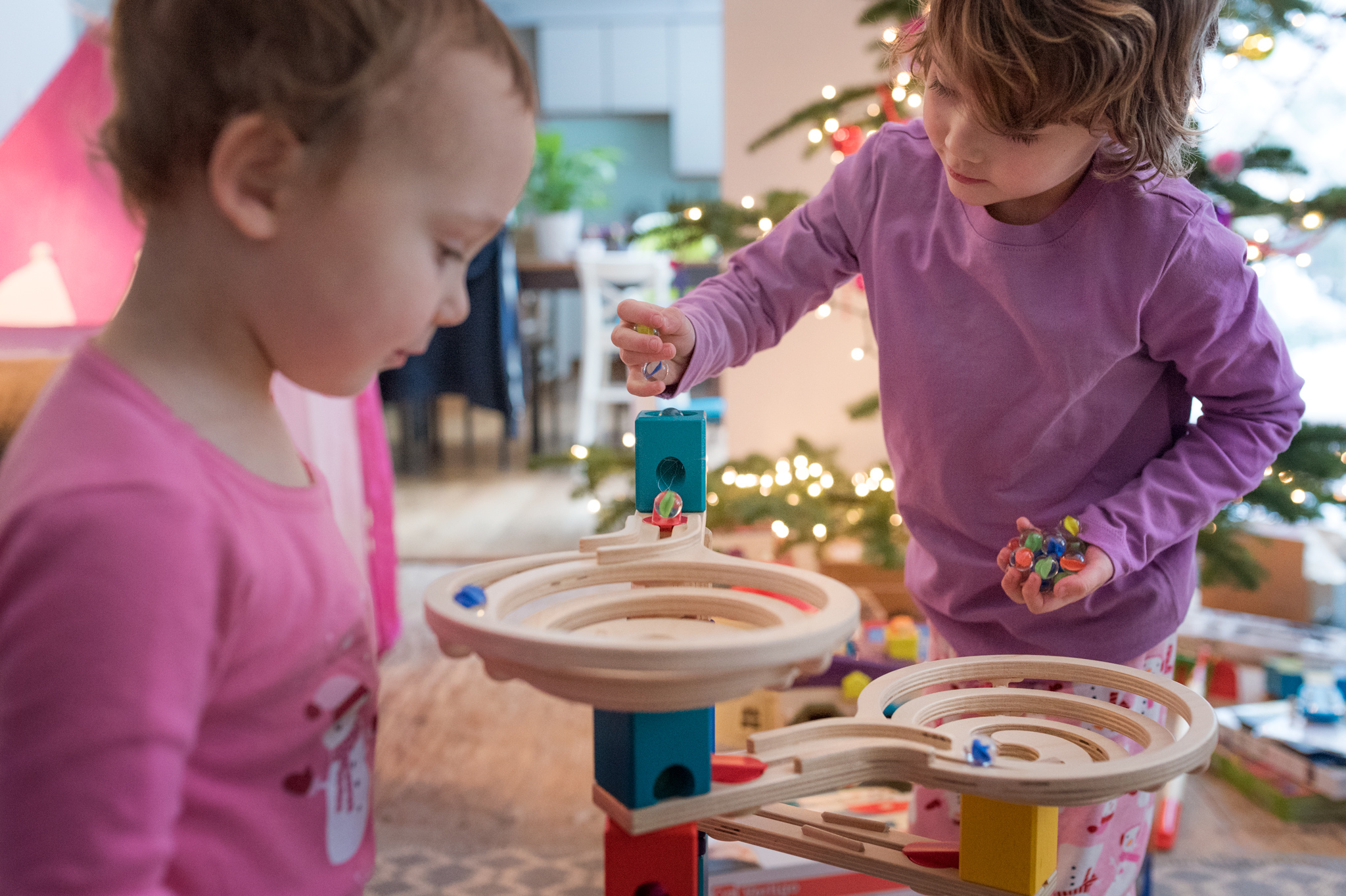 playing with their new marble run | amy selleck photography | amyselleck.com