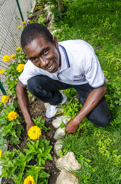 Amadou Diallo beim Blumenbeet vor dem Fischerhaus