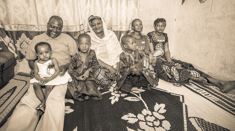 """Mohamed Idi mit seiner Frau und einem Teil seiner Kinder. Er hat 7 Kinder; im Spaß sagte er immer:""""Ich habe meine eigene Fußballmannschaft"""""""