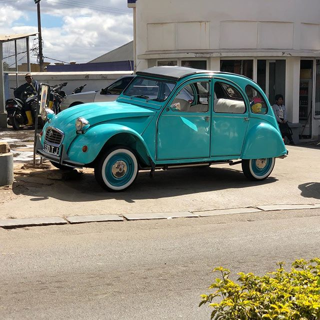 Gotta get me one of these awesome Citroën 2CV's. There are 1000's of them used as taxis in Antananarivo but every now and then you spot a gem like this one. #madagascar #2cvcitroën #2cvclub #travellingprimate