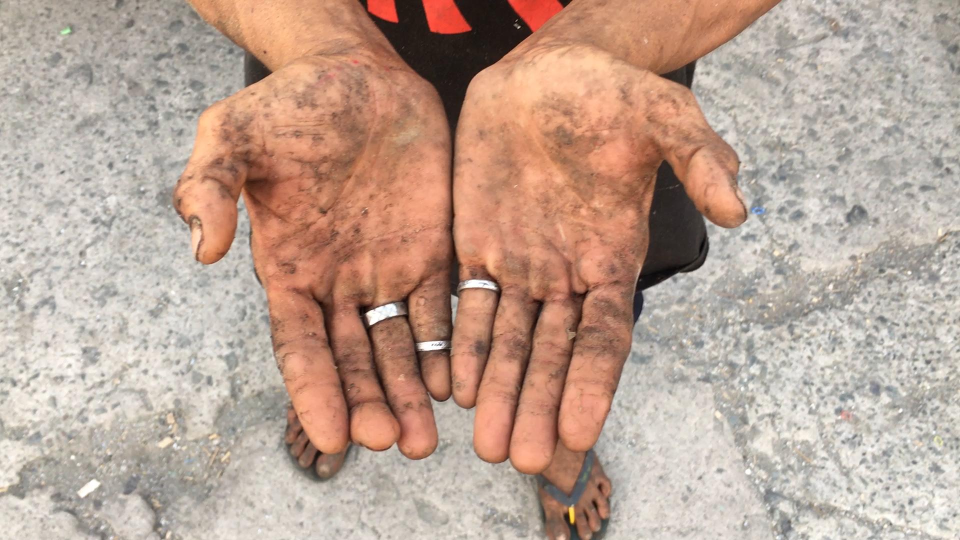 basura_0042_worker_hands.MOV.00_00_00_00.Still001.jpg