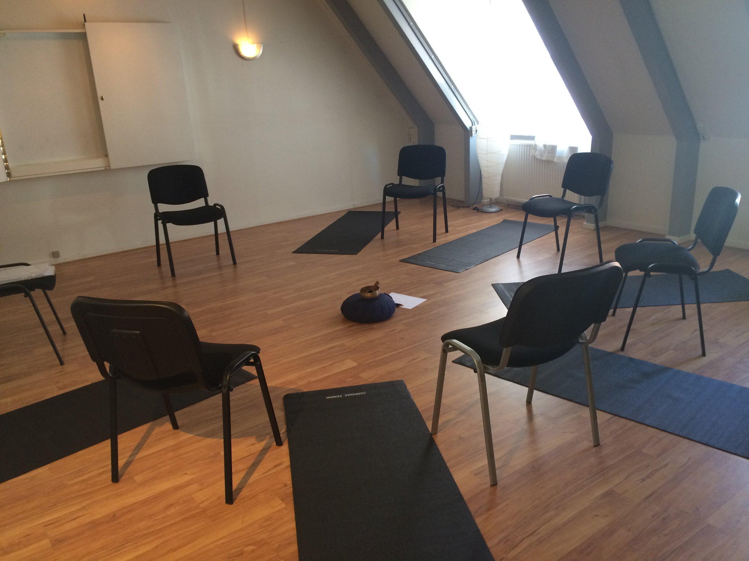 grupperum med stole og måtter.JPG