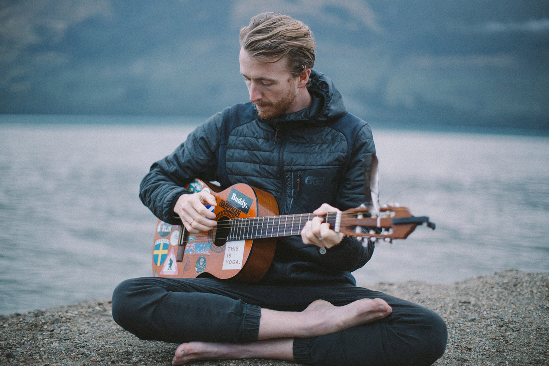 Tom LA Jones playing guitar