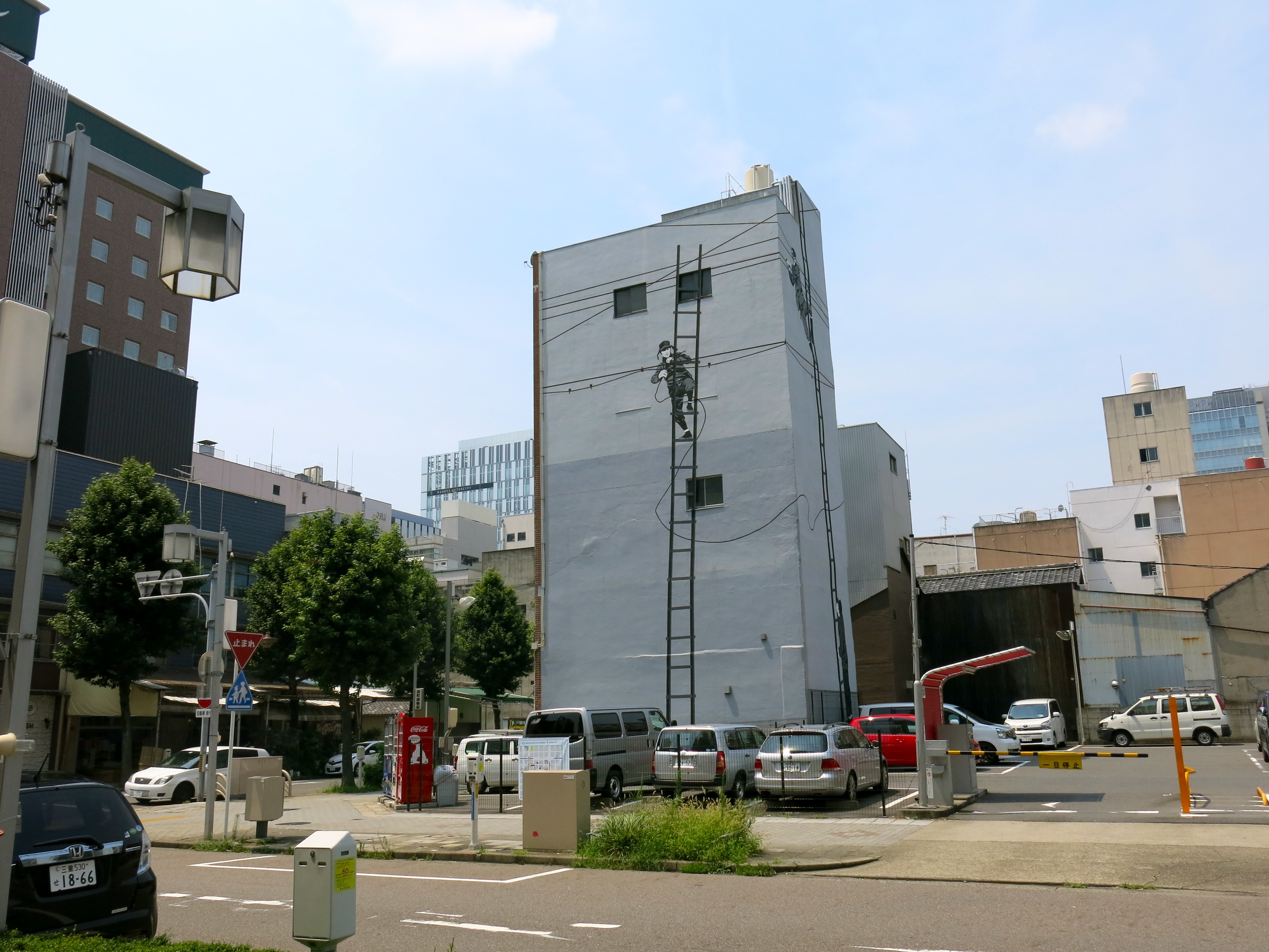 Wall painting on the former Tamaya building by Portuguese artist Rigo 23 who was inspired by a 1952 photograph of Nagoya workers perched on ladders. Choja-machi site.
