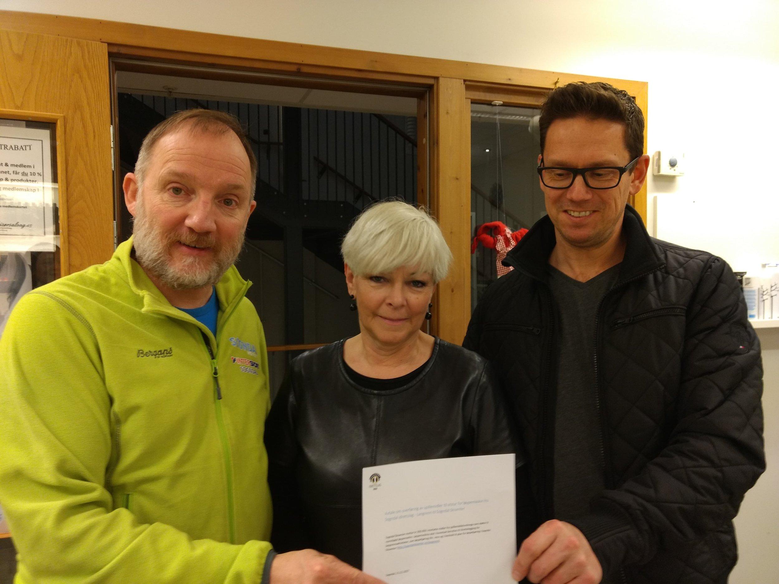 Per Odd Grevsnes, får overrekt gåva frå idretten på kr 300 00 frå på Lilly Schøen og Tommy Harjo.