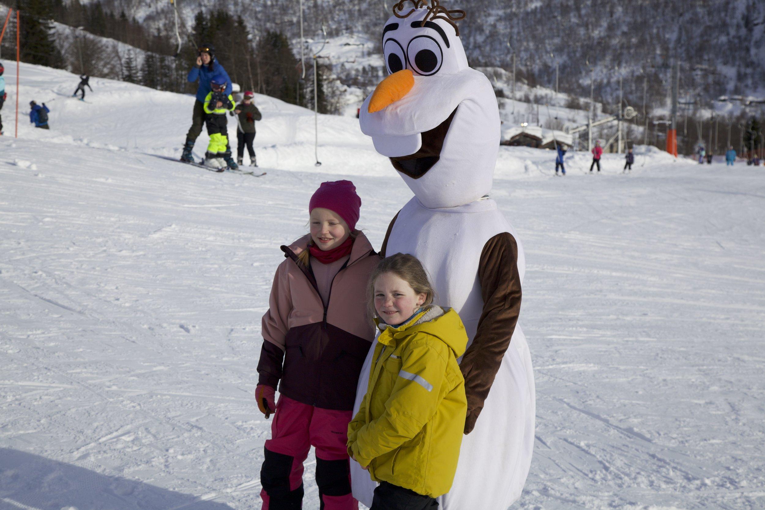 Her får Jette Mellemstrand Veum og Emilie Sofie Høgheim Olstad helse på Olafen.