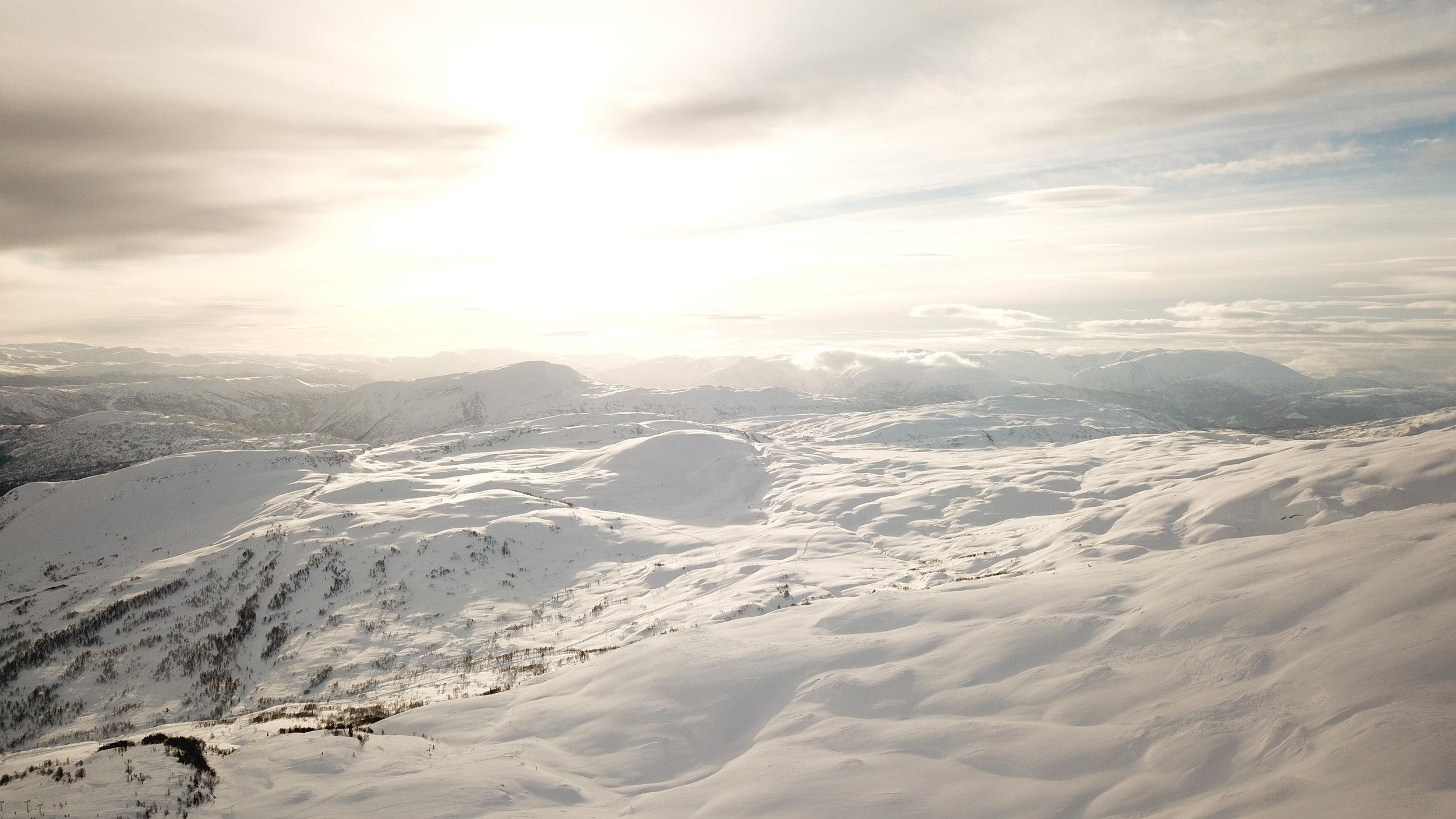 Utsikt mot Fjelløypene til Høgehaug og Fjærlandsete. Det er kun til Høgehaug som er oppkøyrt endå. (Foto: Håvard Nesbø)