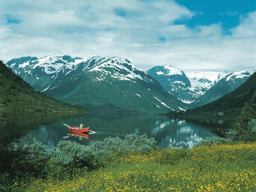 Sommar i dalen - Vi garanterar at det blir like kjekt å bruke hytta på sommaren som på vinteren. I nærområdet har du god tilgang til m.a. fiskevatn. Du kan gå ein fin tur til Fagereggi og vatna der oppe. Eller gå ein liten spasertur ned til Dalavatnet i Sogndalsdalen. Flott aurefiske!