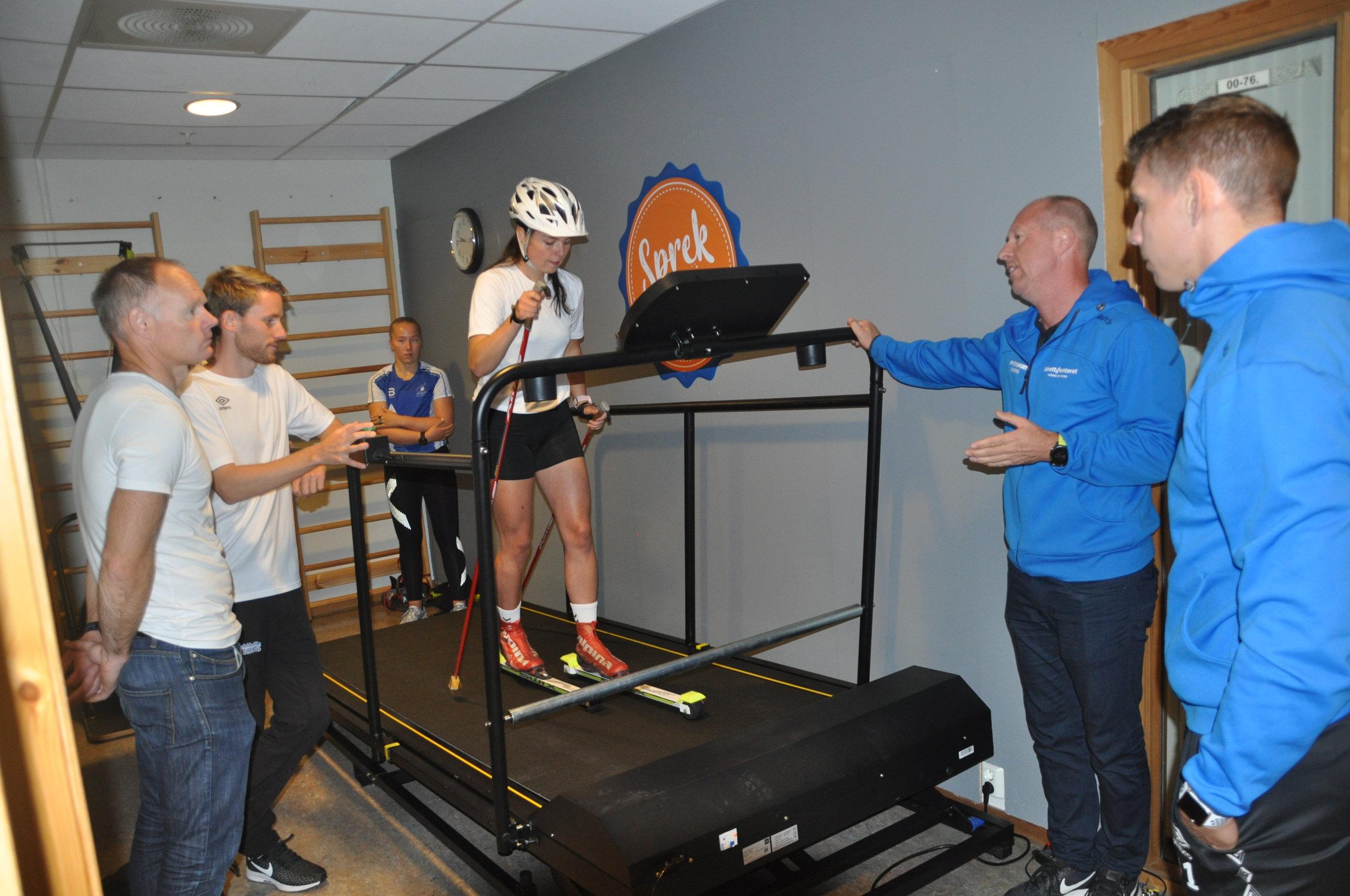 MØLLE: Oda Hov testar ut den nye treningsmølla for langrennsski på Idrettsenteret. ( Foto: Kristine Hus)