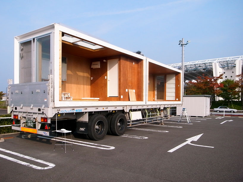 Yasutaka Yoshimura Architects Ex-Container Project, 2 x 20' containers are easy to transport. Image © Yasutaka Yoshimura Architects