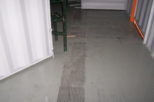 Fire training container with steel floor with grate for easy clean up