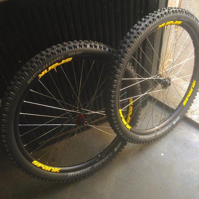 It's wheelbuilding saturday! #wheelbuilding #mtb #dh #downhillmtb #handbuiltwheels #spankspike #schwalbetires #mudtires #bikepark #mtbwheels #paibikery @pippuz93