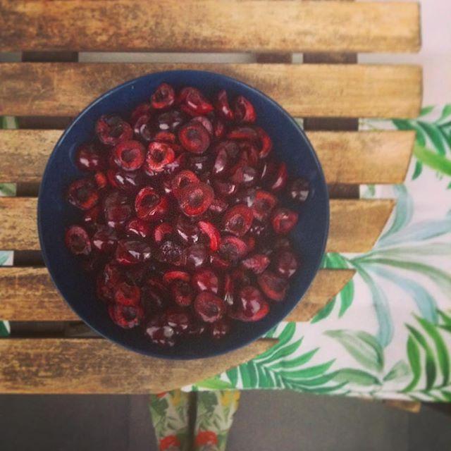 Denocciolare le ciliegie: FATTO! 🍒 #paibikery #tartellette #homemadewithlove #cherry  #pistacchio #torino #turin #breakfast #seeyoutomorrow