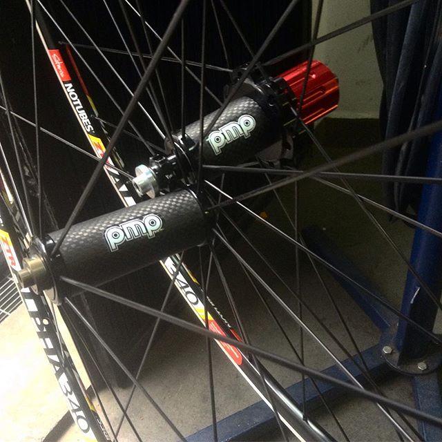Truing super light wheels for @dr.zoltberg  #wheelbuilding #wheelbuildingsaturday  #handbuilt #truingwheels #stansrims #dtspokes #pmphubs #madeinitaly #carbonhubs #straightpull #lightweightwheels #paibikery @pmpclassic  @dtswiss  @stansnotubes