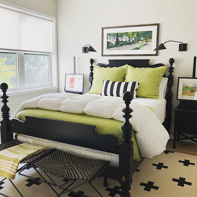 💚➕Check this out!  Our design savvy client loves this rug in her new guest room...so do we!  She's got style...and she knows how to use it! 😎  Design/rug: @pearsonandcompany  #designer #rug #bedroom #pearsonandcompanydesign #hotcrossrug #savvydesigners