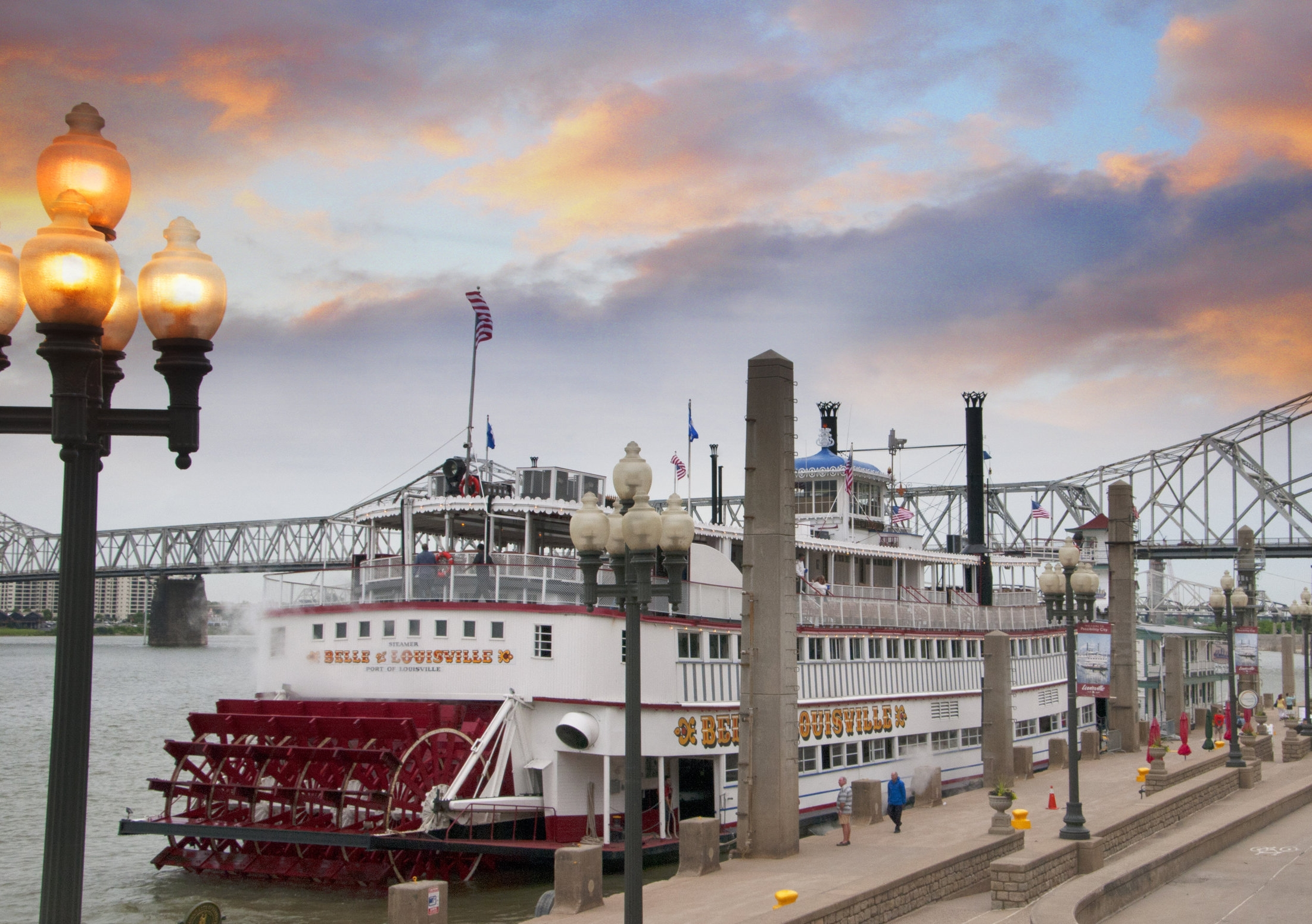 Louisville-45271719_xxl-Paddlesteamer-Riverboat-on-the-River-Ohio-in-Louisville-Kentucky.jpg