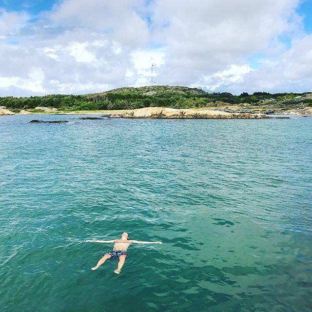 Sa vi att det var mulet? På Koster skiner ju alltid solen! Passa på att ta ett dopp, havet är nydligt! ☀️🏊🏼 #svensksommar #skärgårdsdröm #alltidbadväder #nordkoster