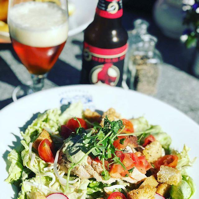 ... Och vad passar inte bättre efter ett bad, än en kall öl och god mat på @bokhandlarenspub? Drömgott! #bokhandlarenspub #sydkoster #skärgårdsdröm #svensksommar