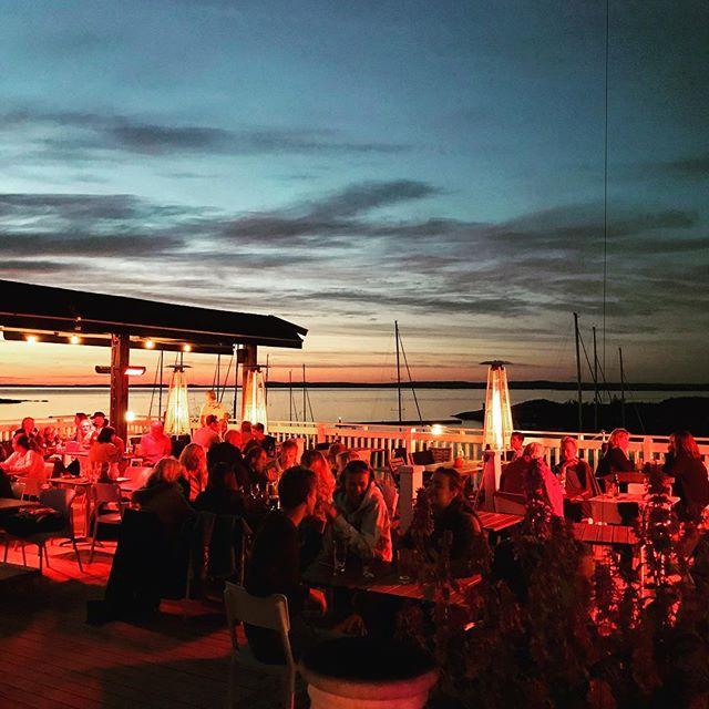 Live-musik och glädje finnes på uteserveringen på @hotelkoster. Perfekt för nattsuddaren! #koster #sydkoster #svensksommar #skärgård #solnedgång #ekenäs #semester