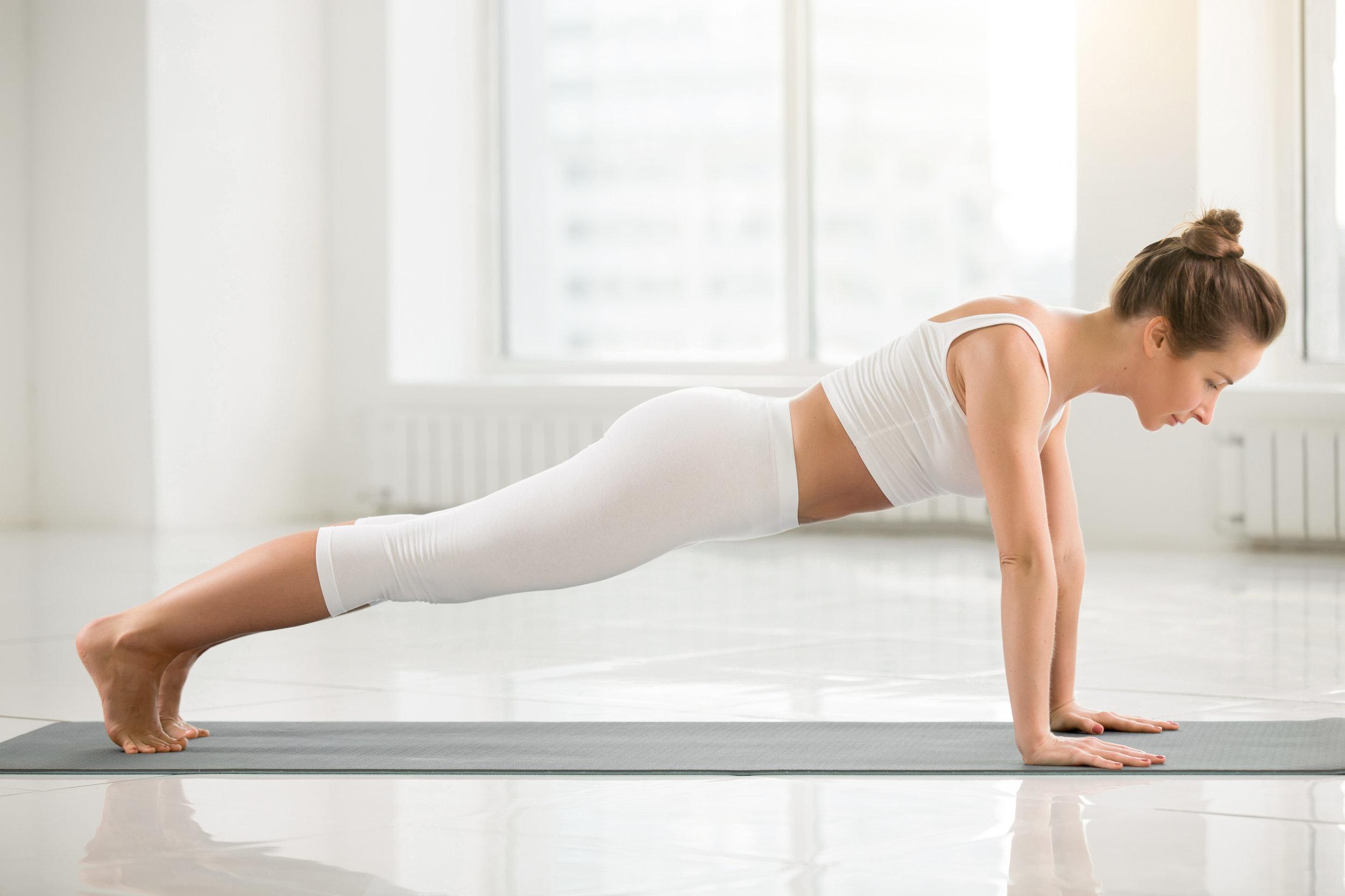 Bron: https://nl.freepik.com/vrije-photo/jonge-aantrekkelijke-vrouw-die-zich-in-plank-bevindt-zich-witte-kleur-backg_1281988.html