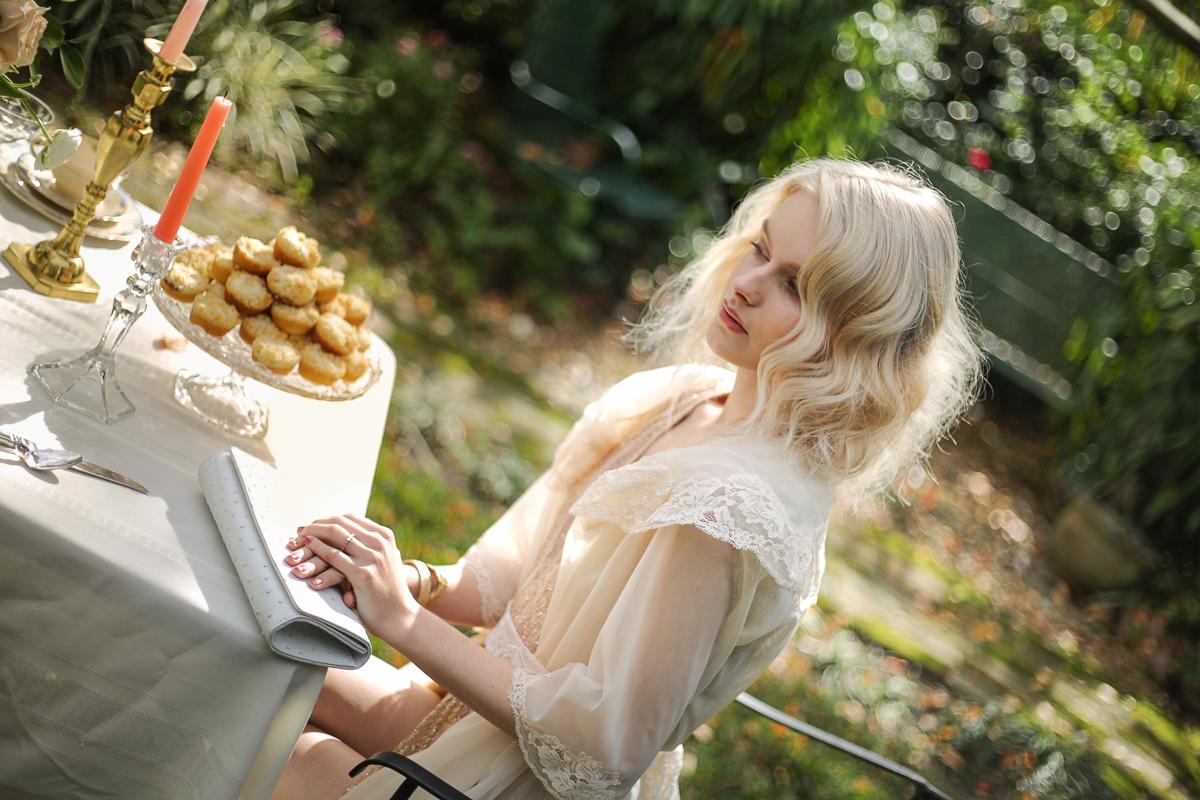 blonde-orlando-blogger-photographer-white-clutch.jpg