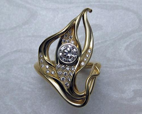 18k yellow gold with diamonds bezel and pavé set.
