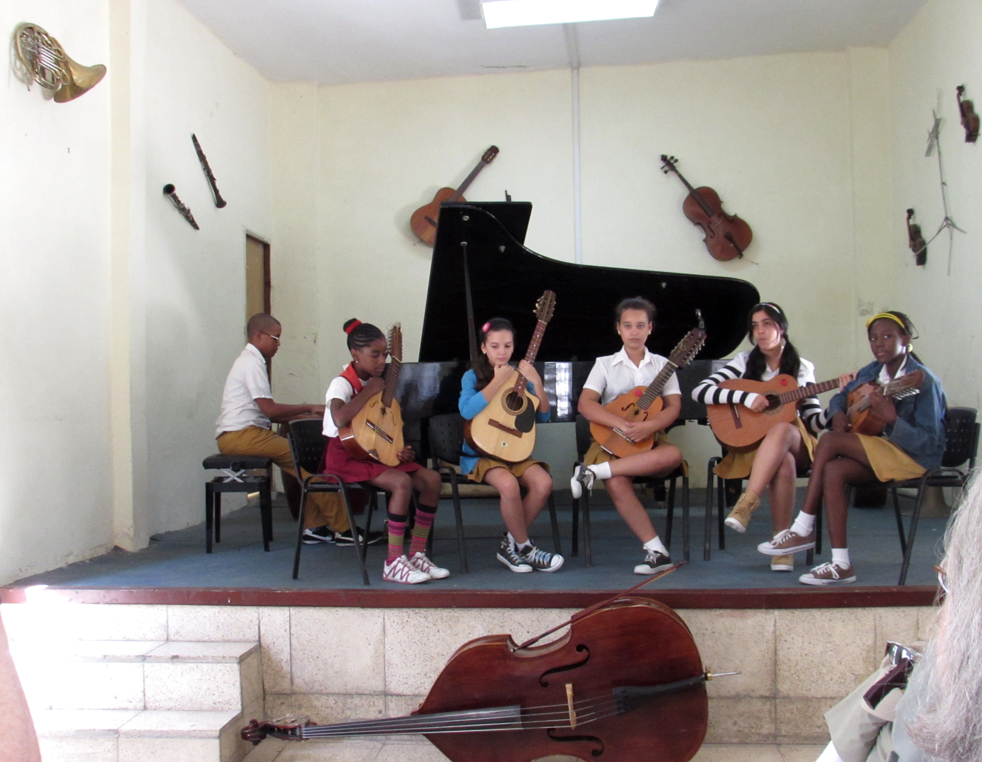Students at Escuela Elemental waiting to play guitar