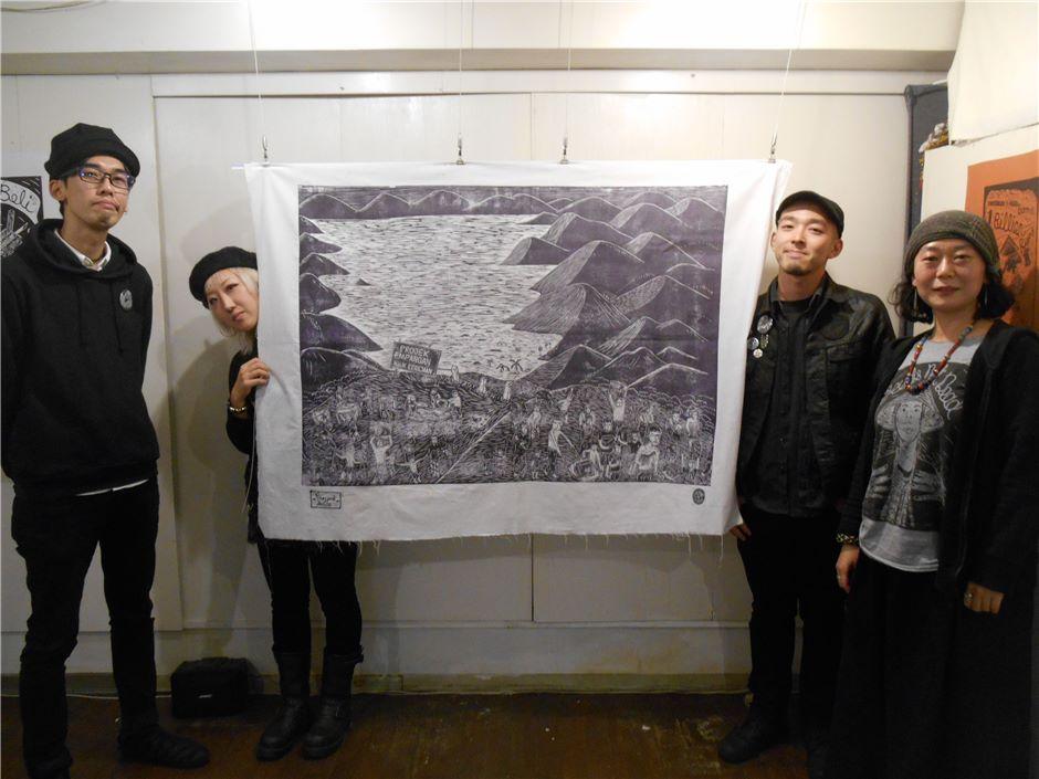 東京外国語大学講師/文筆家 の 徳永理彩さん(右)は、今回東京でのパンクロック•スゥラップの木版画の展覧会をキュレーションした。本展覧会はこのサバのアートコレクティブがラナウの小さな町で活動を開始した2010年以降、初めての海外での展覧会となる。