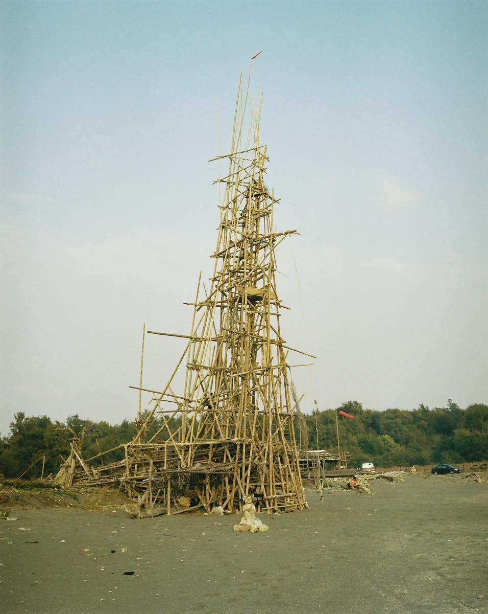 アンピンの海岸に建てられた通称「アークンタワー」。「なんだか退屈だったから」という理由で3日かけて建てた巨大な竹のタワー。もちろん許可はとっていない。夏のあいだタワーの上で遊んだり、夕涼みをしていたがそれもそろそろ飽きたらしく、台風が来てタワーを壊してくれるのを待っているらしい。