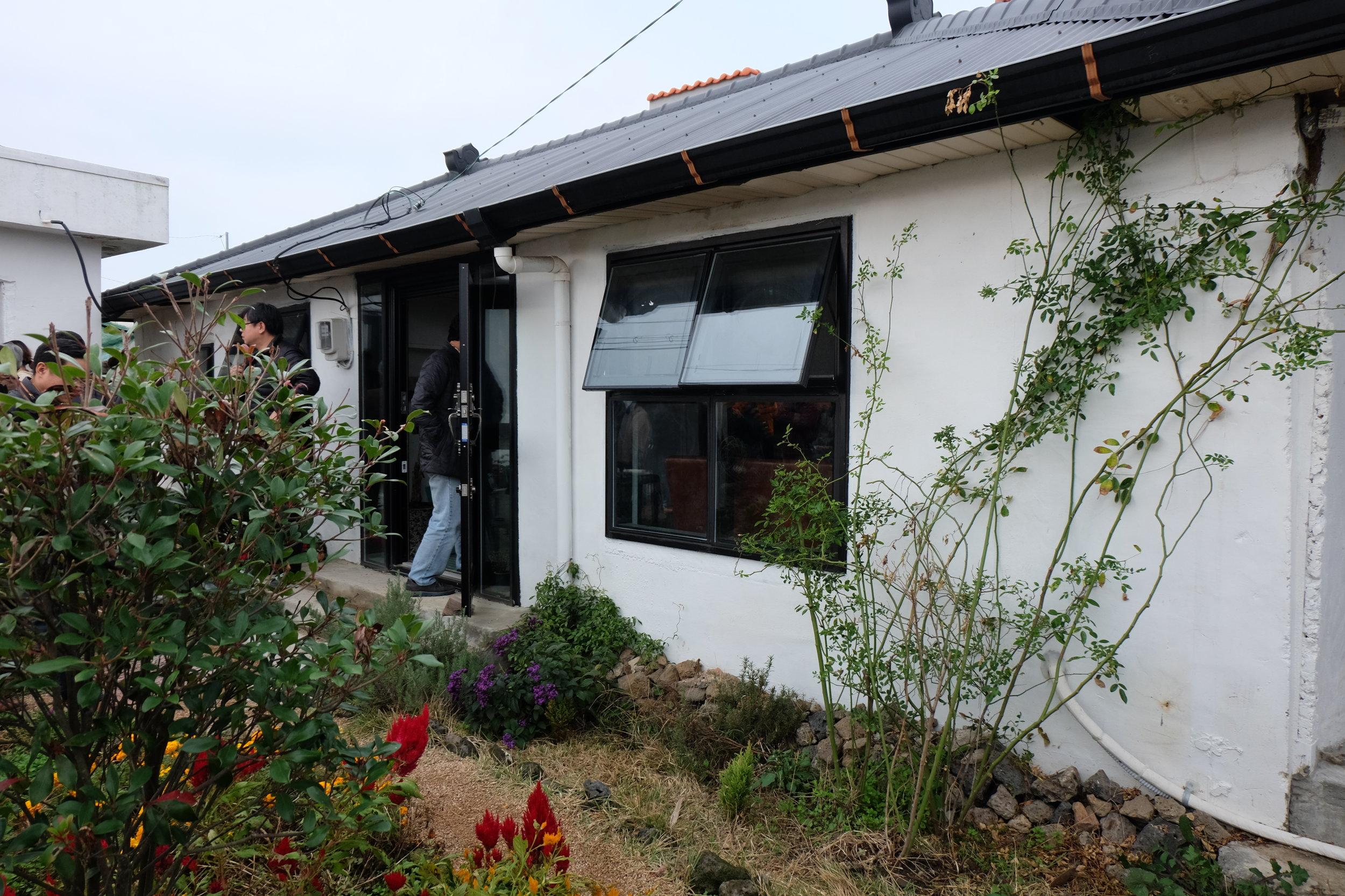 可愛らしい一軒家と小さな庭園