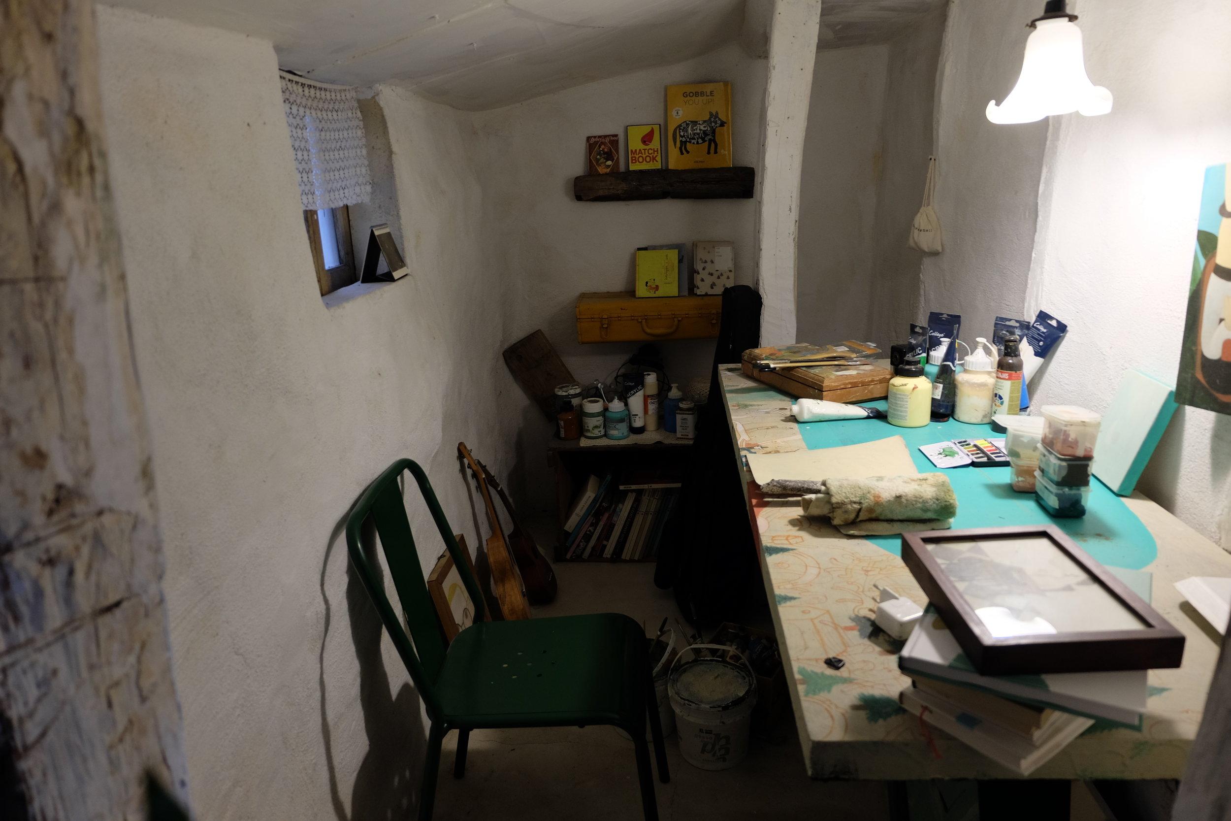 カフェの中に併設されているスタジオ。お客さんが少ない日はここで黙々と作業しているという。