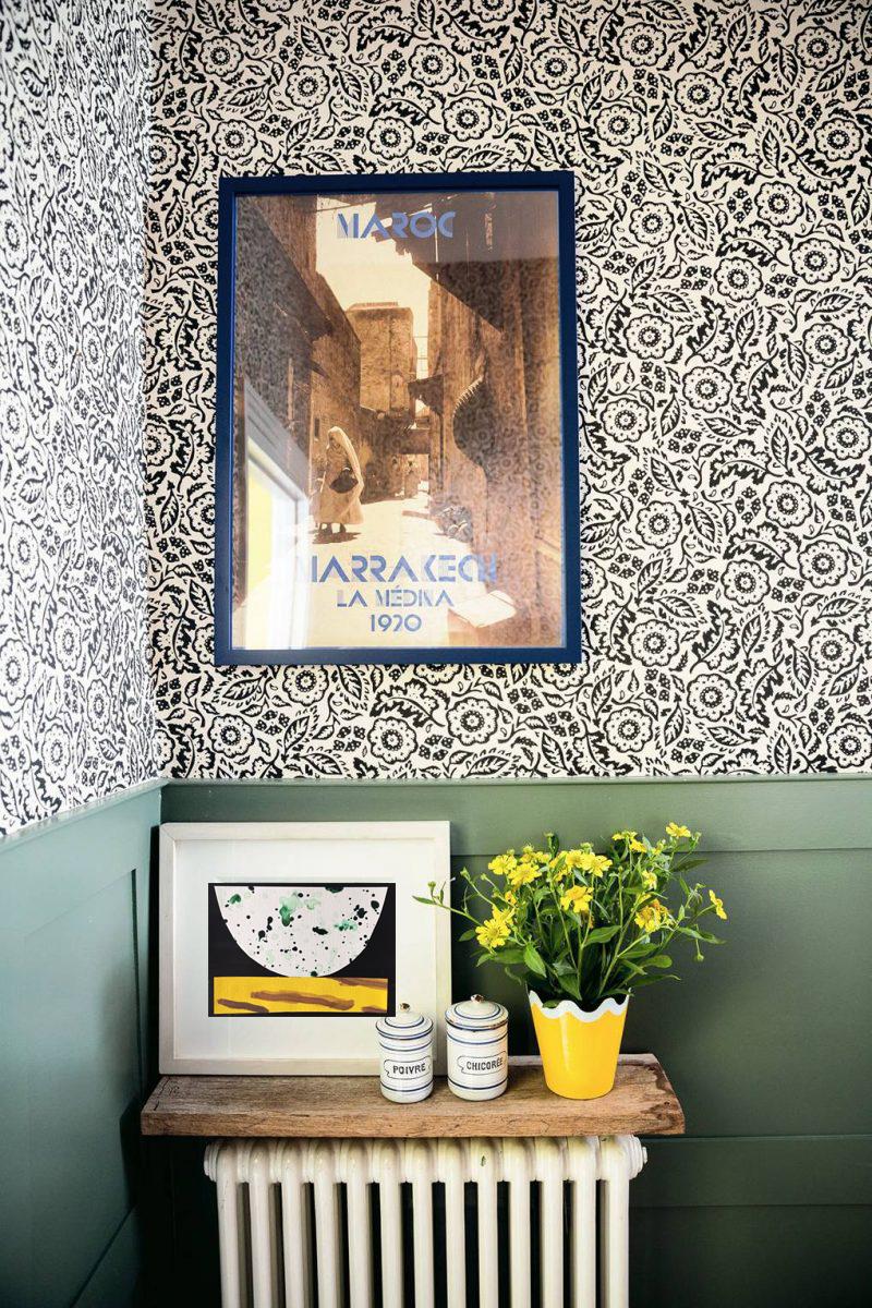 matilda-goad-living-room-house-garden-london-notting-hill-bathroom-green-wainscoting-sanderson-floral-wallpaper-800x1200.png
