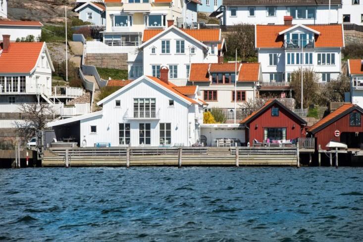 swedish-boathouse-seaside-garden-1-gardenista.jpg