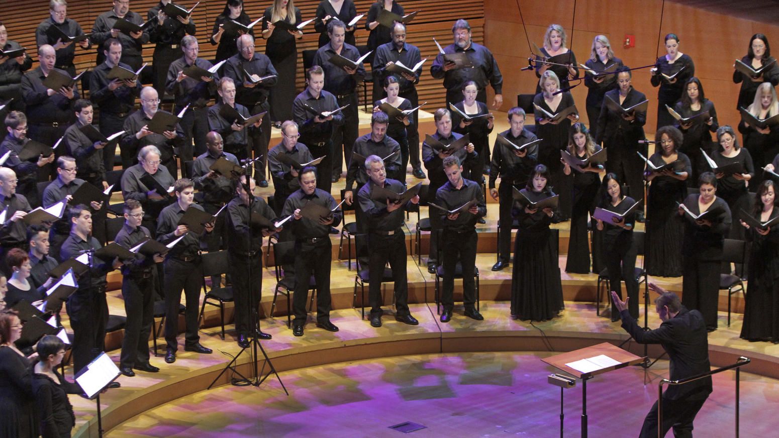 Music director Grant Gershon conducts the Los Angeles Master Chorale at Walt Disney Concert Hall. (Lawrence K. Ho / Los Angeles Times)