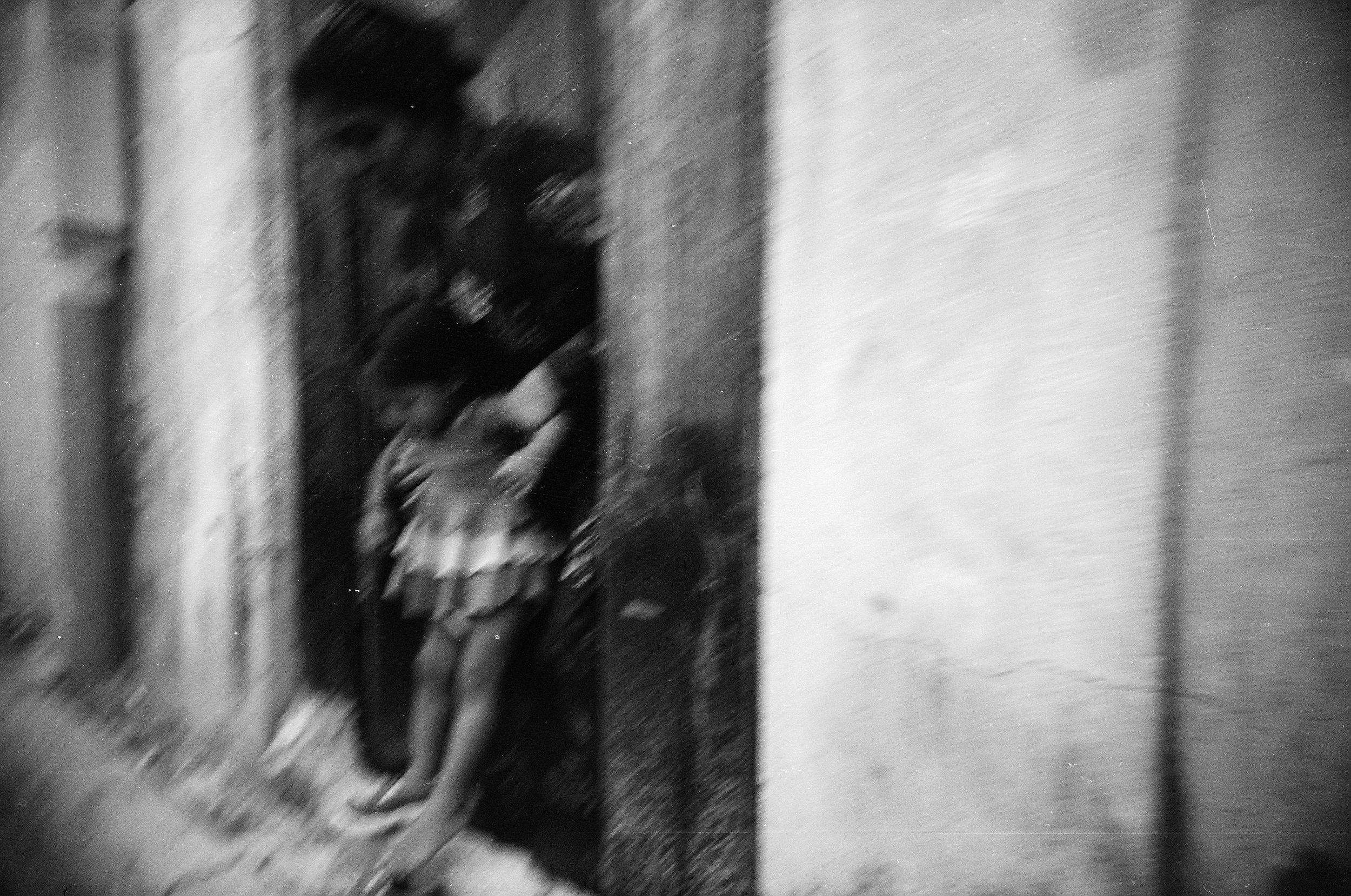 01 - Vivitar Ultrawide & Slim with Kodak BW400CN (2008) - Untitled (motheranddaughter).JPG