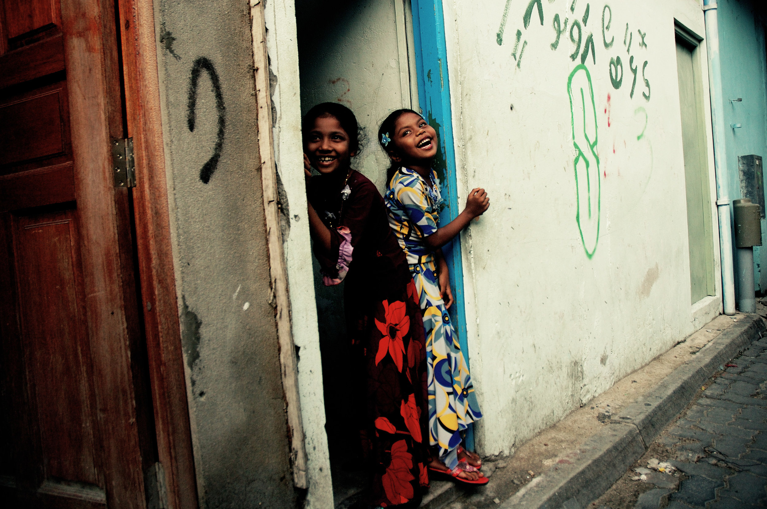 7 - Nikon D70s (2008) - Smiling Girls.jpg