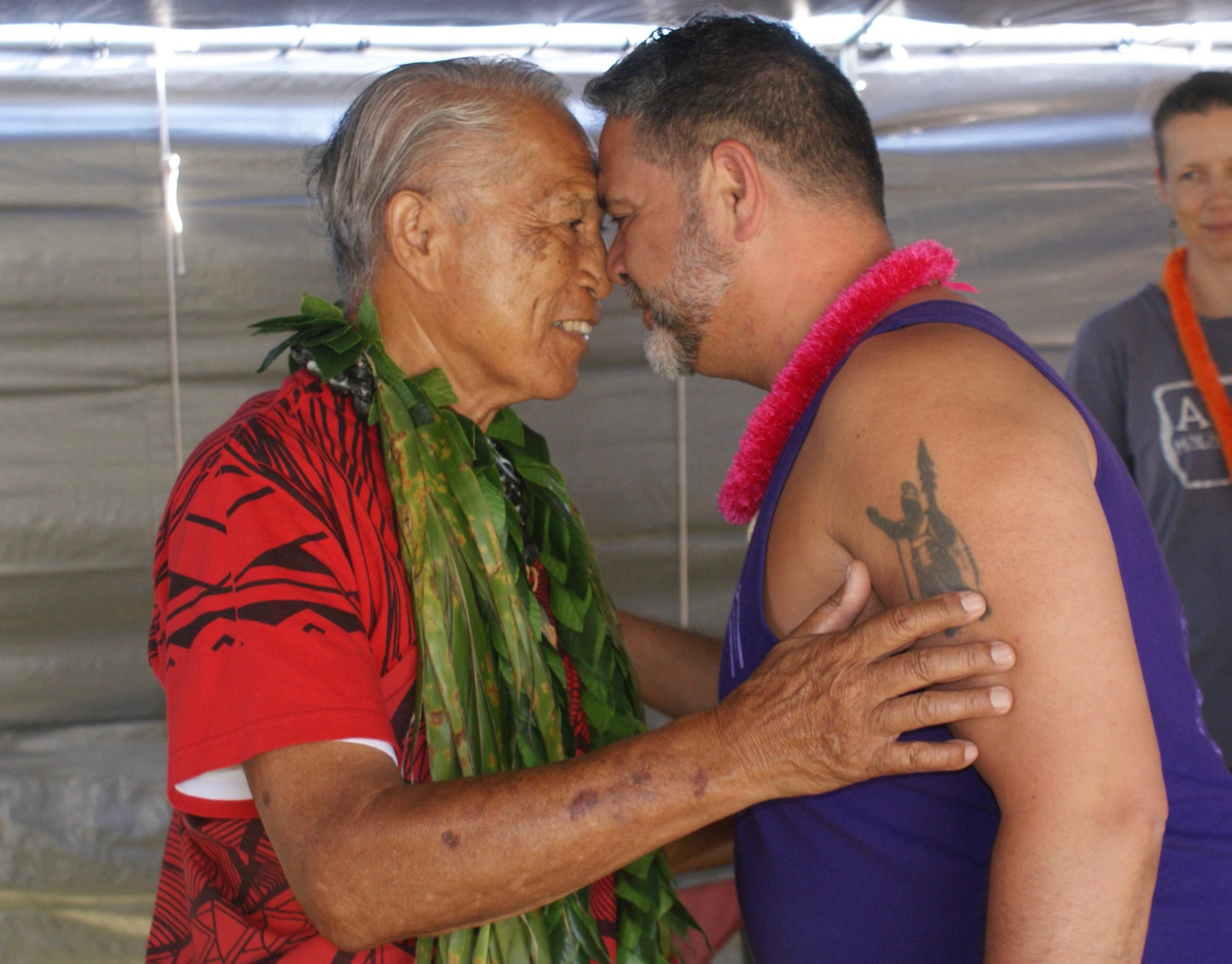 honi ihu ʻanakala pilipo and kumu harry kumakaelaka.jpg