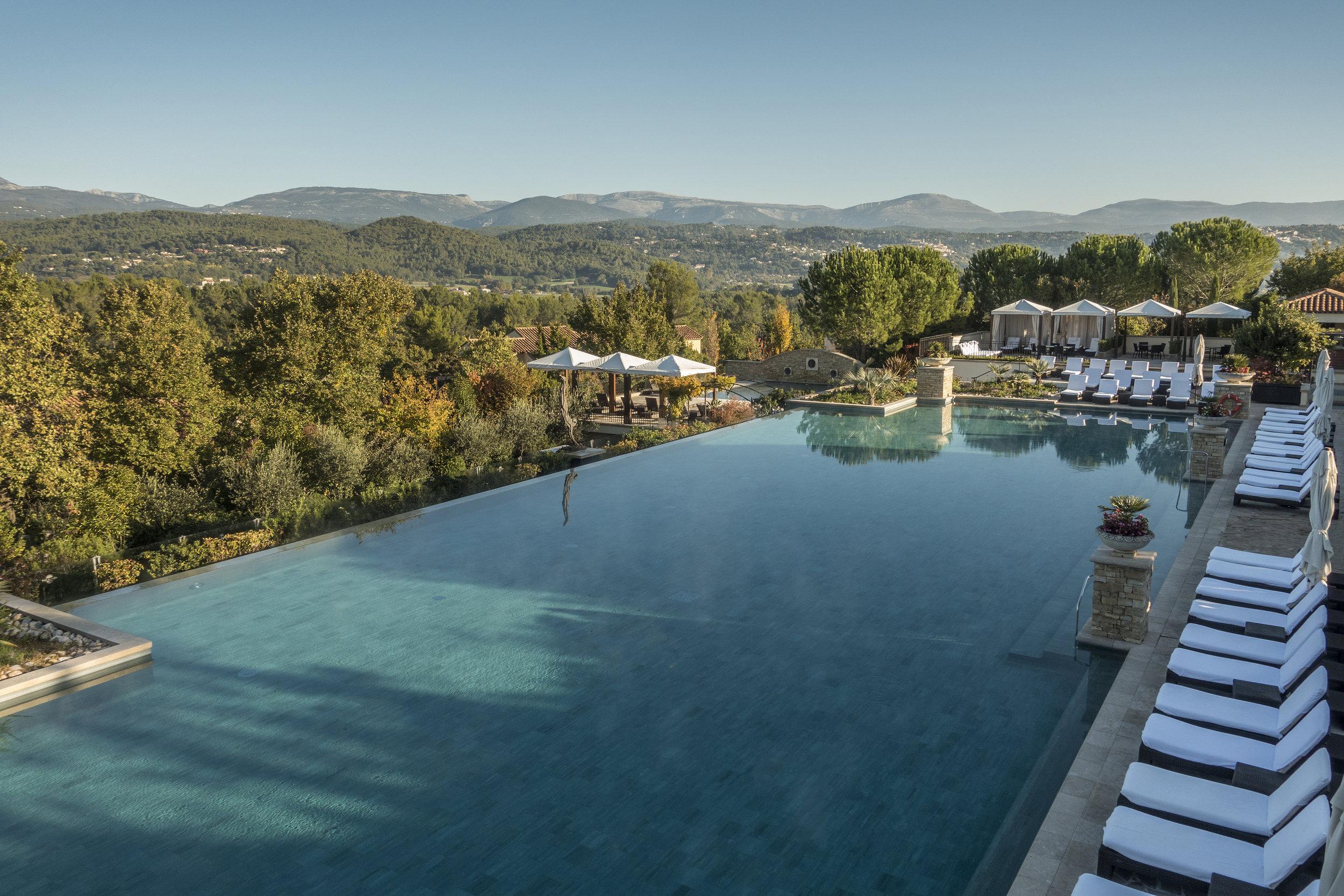 Terre-Blanche-piscine.jpg