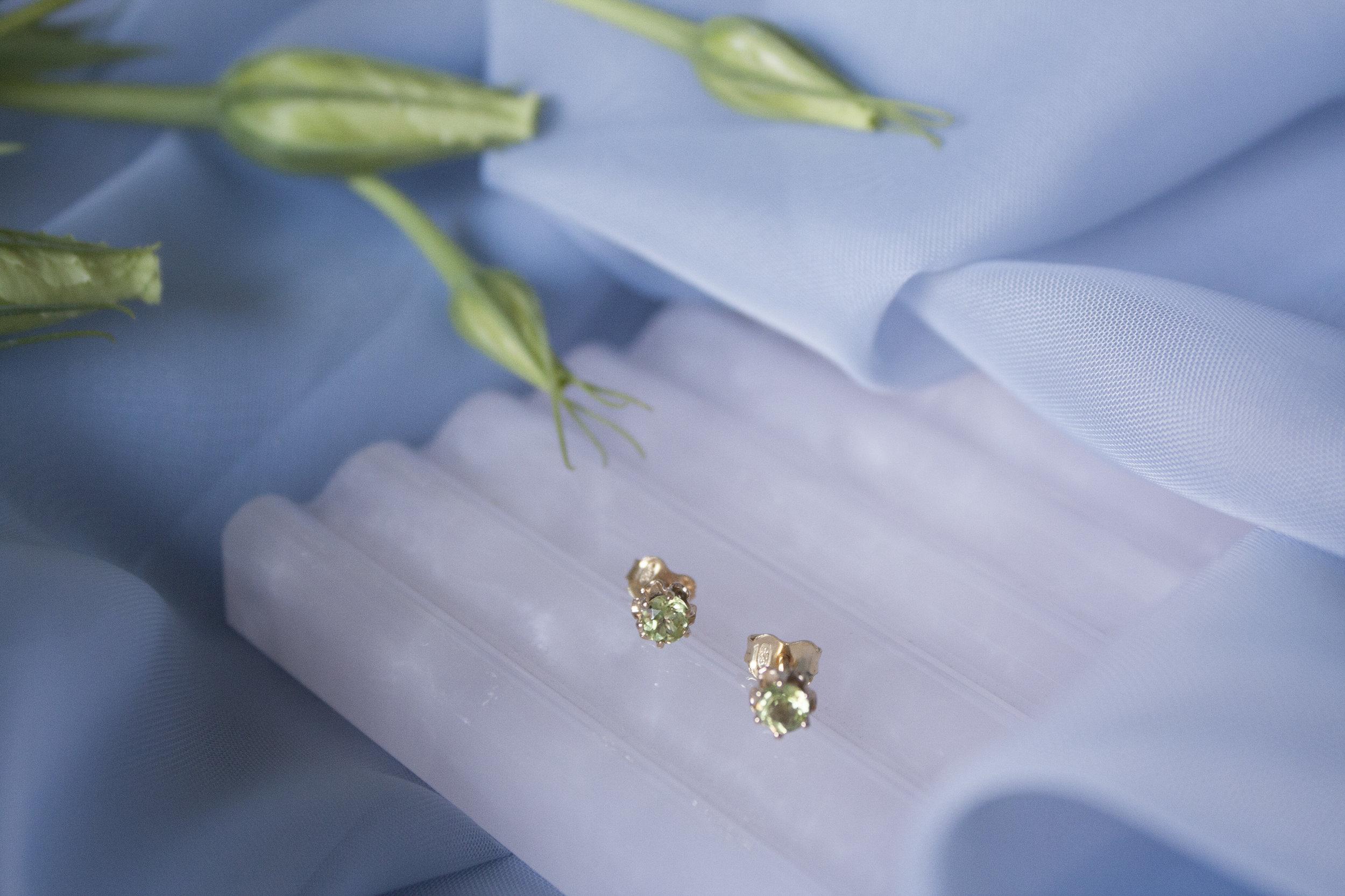 YUUN - Gem Earrings (gold and peridot)