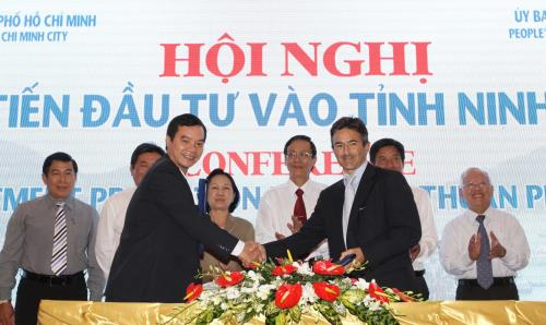 Mr Do Van Dien (centre left), Chairman of TSV Invest and Development Vietnam, shakes hands with Olivier Duguet, CEO of The Blue Circle, to seal the deal for the company's second wind project in Vietnam.