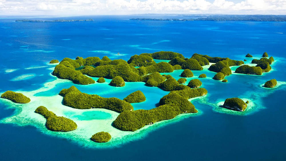 This is why I can't believe I was so late to discover this paradise. The Rock Islands of Koror, Palau. (photo from:  jp-lugaresfantasticos.blogspot.com )