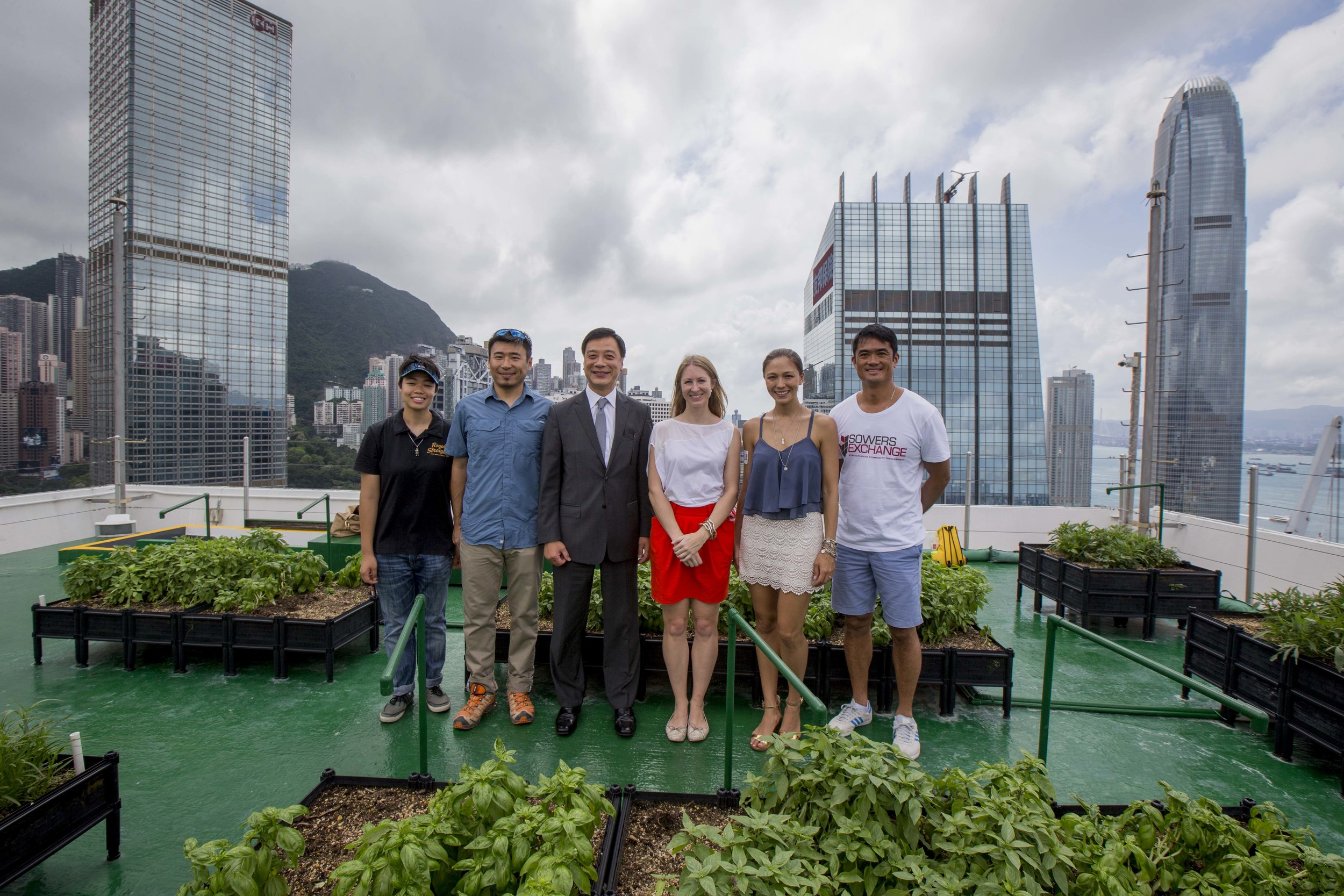 From left to right: Andrew Tsui, Co-founder of Time to Grow (second from the left); William Lai, Head of Property Management, JLL, Hong Kong (third from the left); Gabrielle Kirstein, Managing Director, Feeding Hong Kong (third from the right); Cara G, Ambassador of JLL's Urban Farm (second from the right); Bobby Tse, Managing Director, Sowers Exchange (far right)