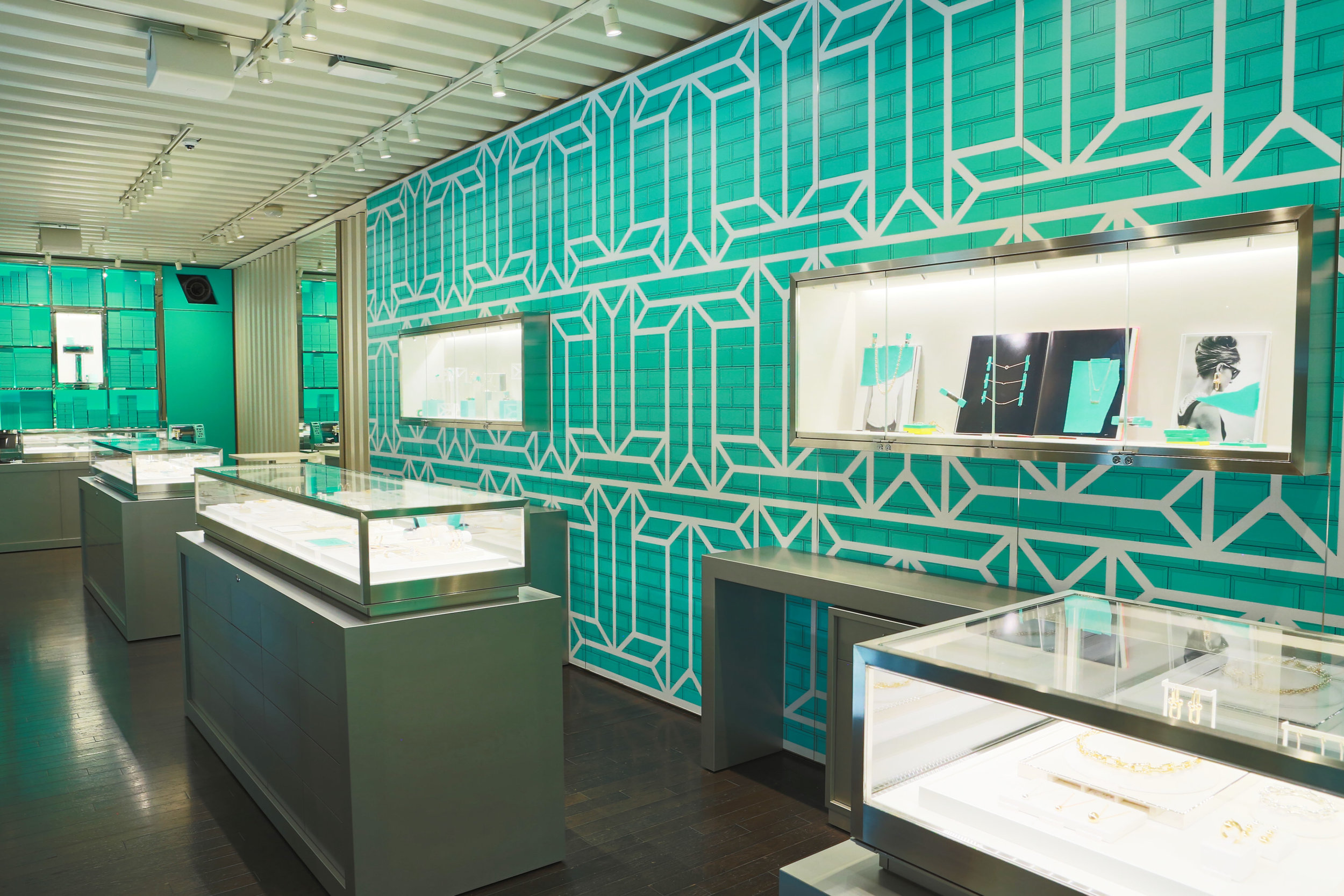 The caselines are complemented by a wall inspired by the famous Tiffany Blue Box® with floor-to-ceiling shelves to display pieces from jewelry and Home & Accessories collections, creating a captivating atmosphere.