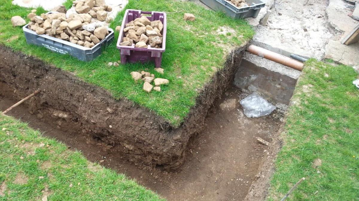 1) Foundation dug out to 90cm depth.