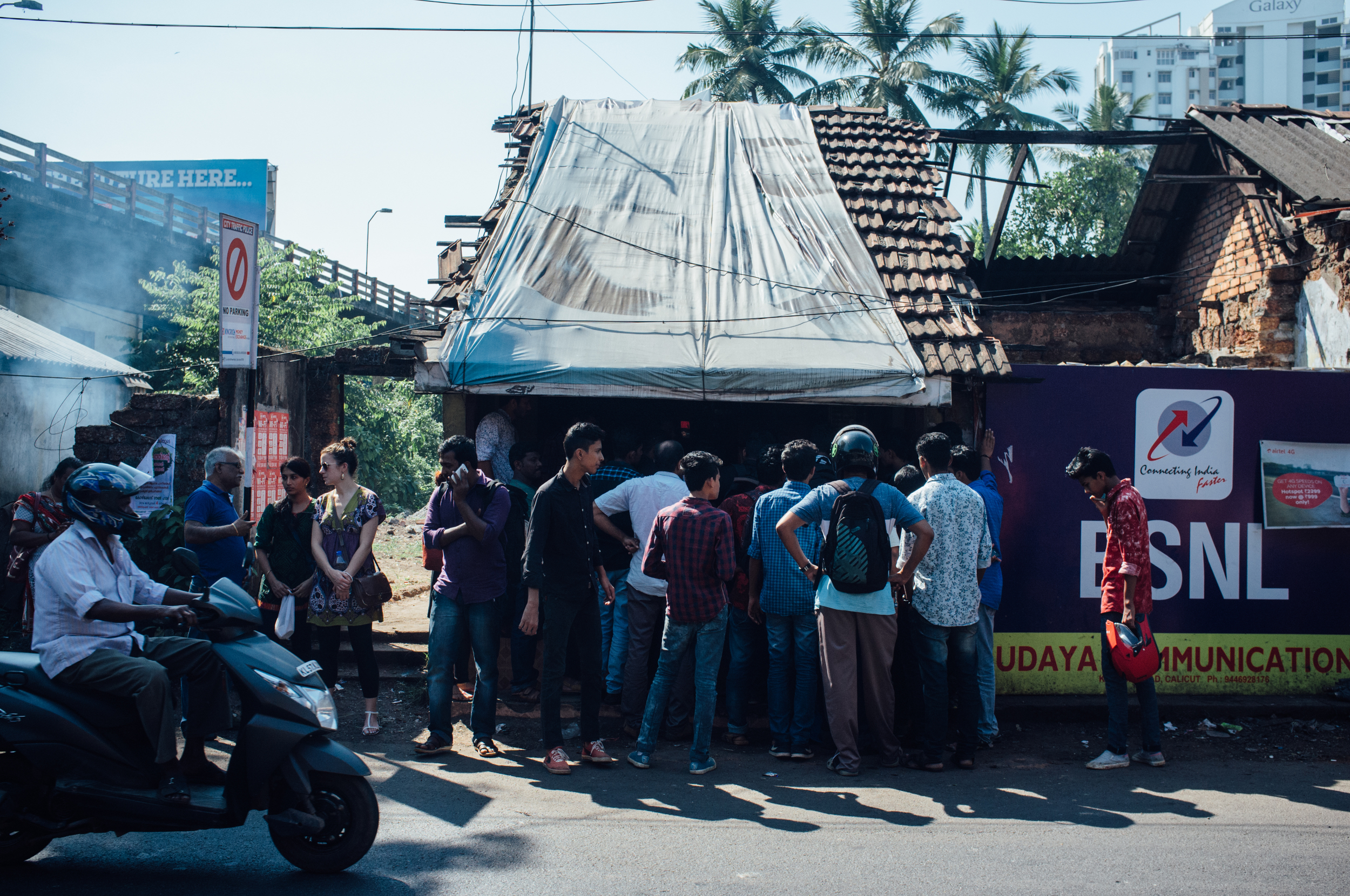 It's easy to spot  Baskarettante kada : just look for the crowd