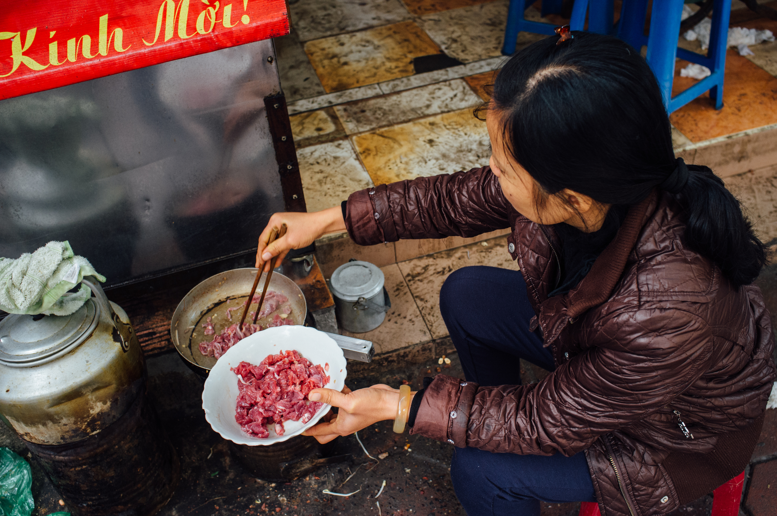 Pan-frying beef with garlic for the  Bún bò nam bộ