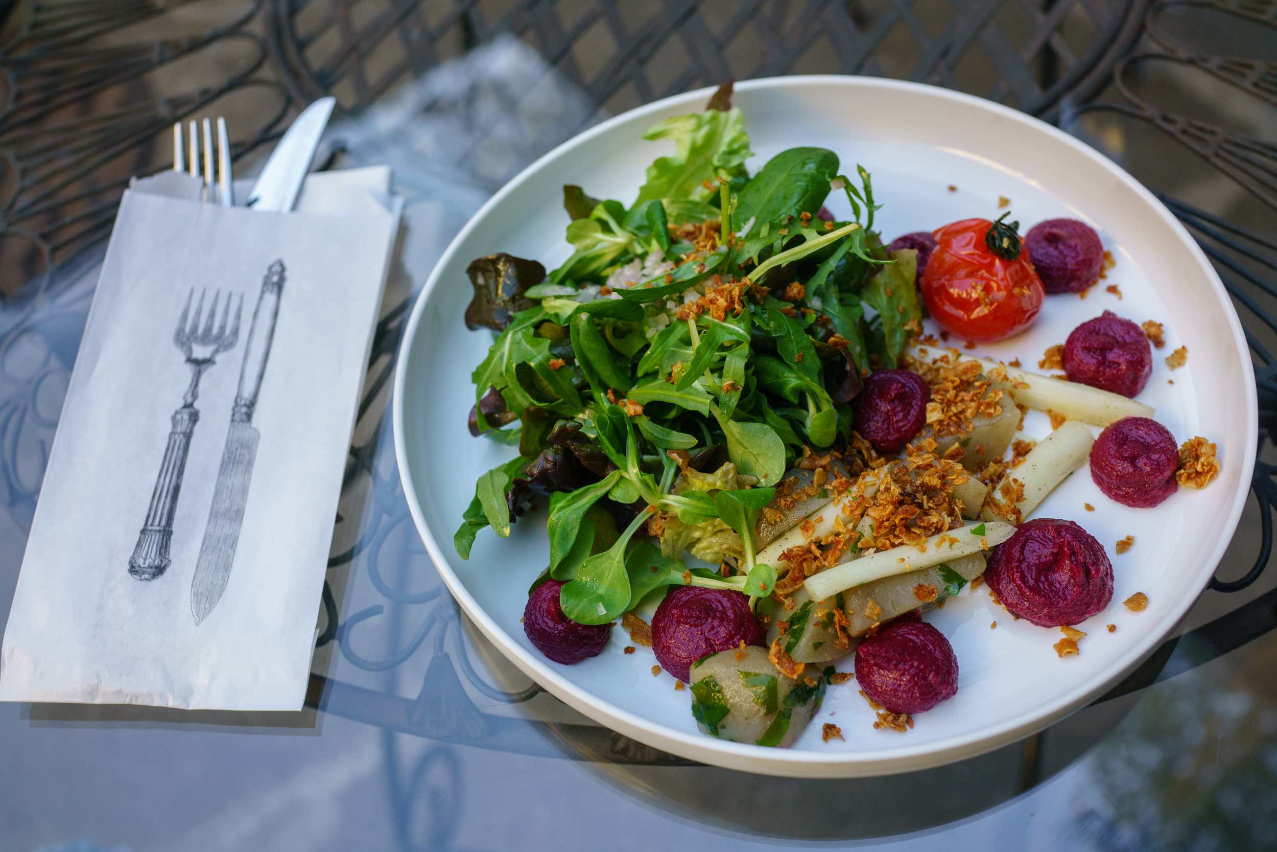 Green salad with roasted bunch-tomatoes and beetroot pesto, Kohvik Moon, Tallinn
