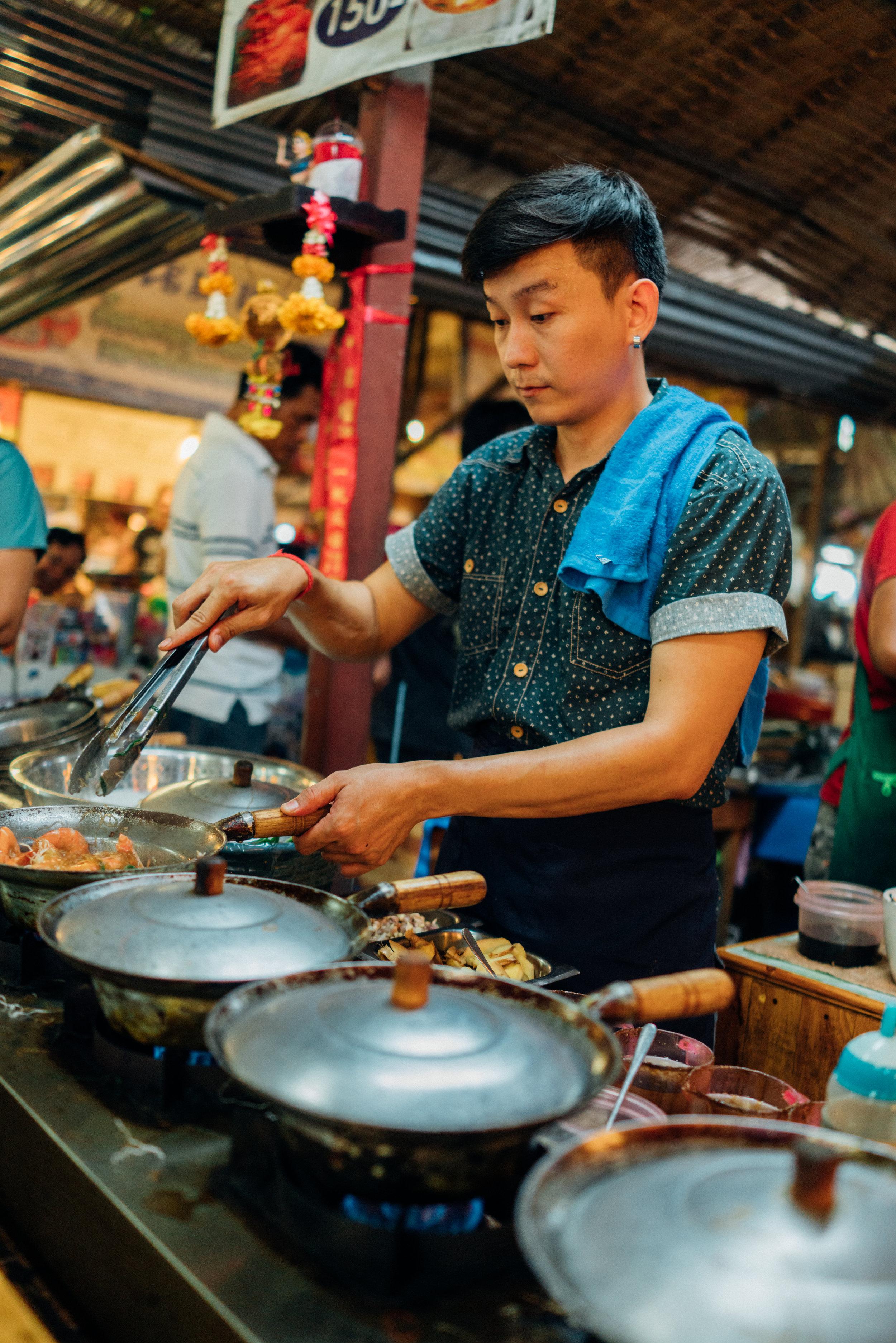 Preparing   goong ob woon sen  at Khlong Lat Mayom Floating Market