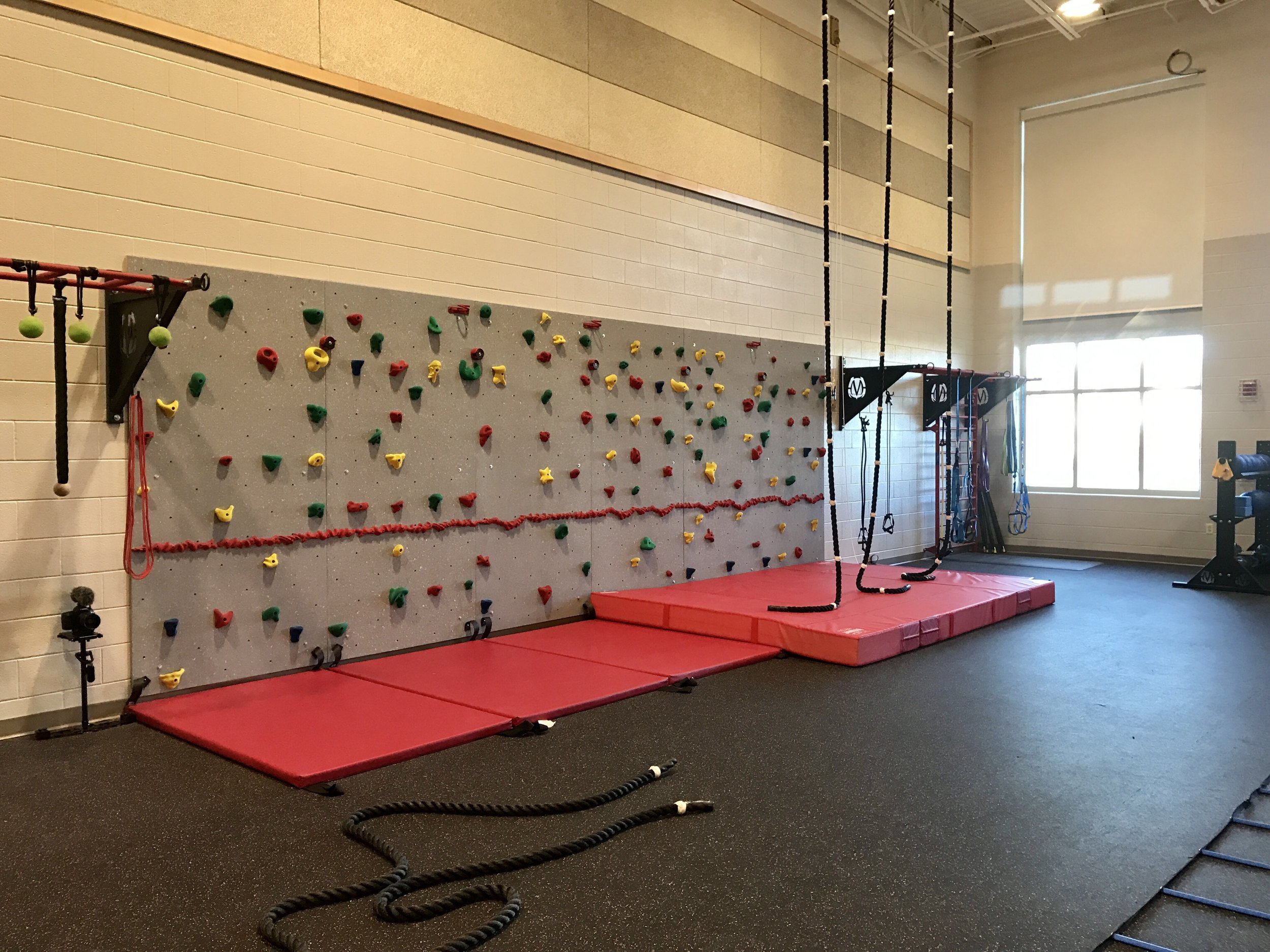 Bouldering wall MoeStrong climbing ropes PE class