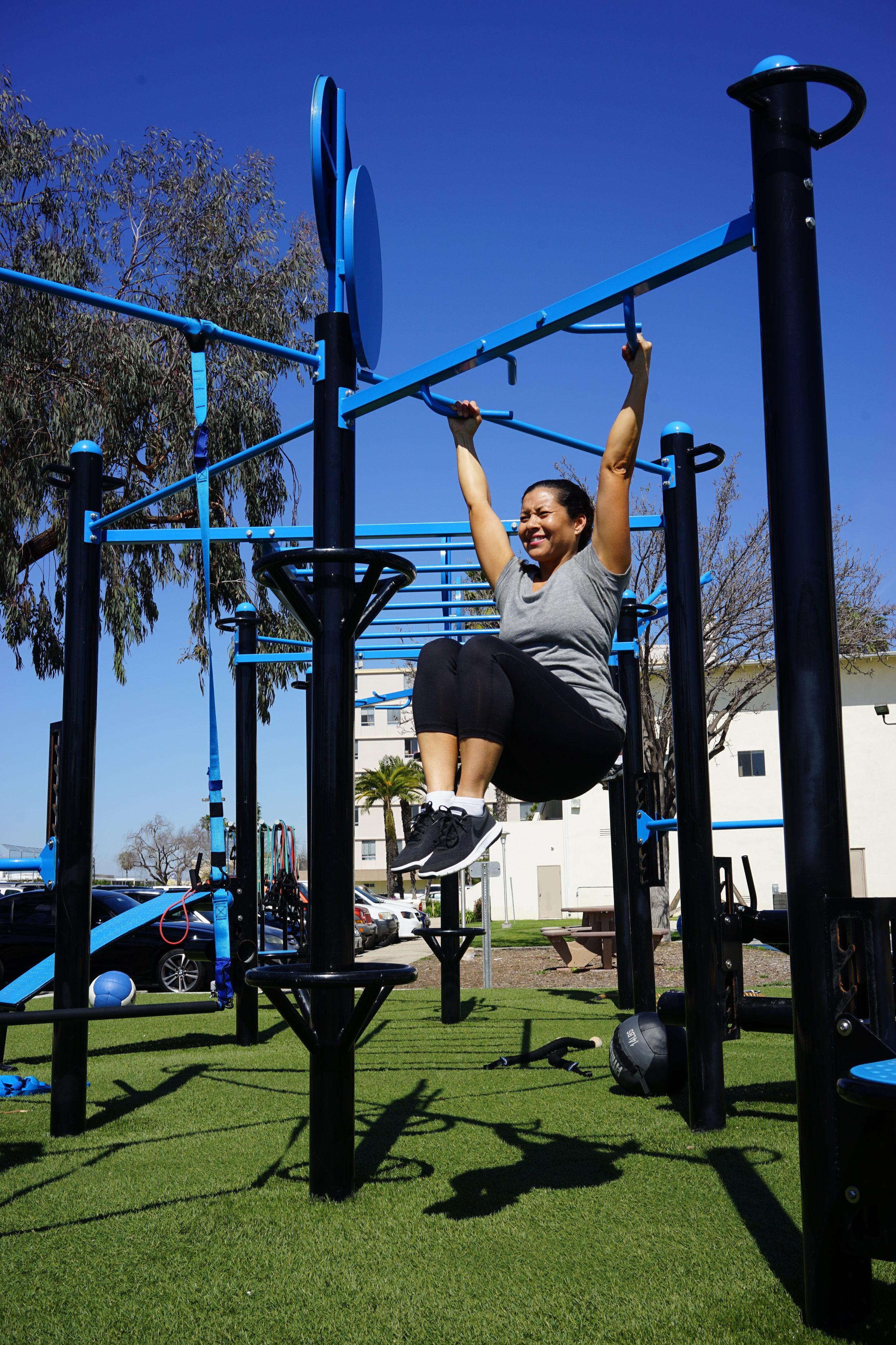 Knee raise on pull-up bar